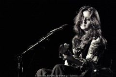 Bonnie Raitt, live, 1975, los angeles, college, university, black and white