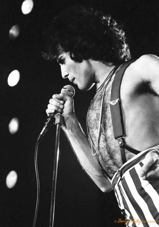 QUEEN IN CONCERT  FREDDIE MERCURY  A DAY AT THE RACES TOUR, 1977  Photo: Barry Schultz